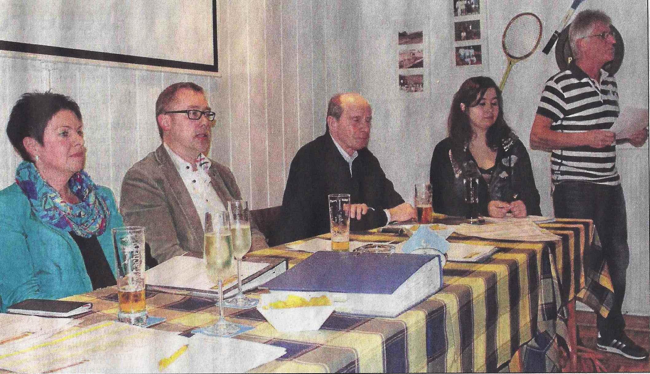 Kassiererin Ulrike Herbel, Vorsitzender Michael Heumann, der zweite Vorsitzende Jochen Menke und Jugendwartin Madeleine Hanses (von links) verfolgen Reiner Faniengs Ausführungen zum neuen Spielmodus der Clubmeisterschaft. Foto: Bröer