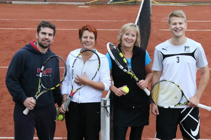Christopher und Sabine Fanieng (von rechts) setzten sich im Mixed-Finale gegen Kerstin Barsekow und Tim Gurol durch. Foto: privat