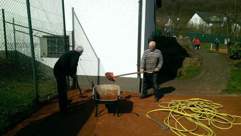 Und noch eine Schüppe. Mitglieder des Tennisclubs bereiten ihre Anlage vor.